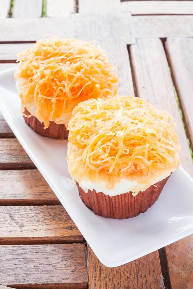 deux petits gâteaux sur une assiette blanche photo