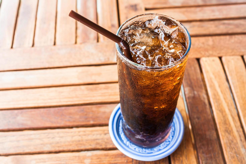 soda glacé sur une table en bois photo