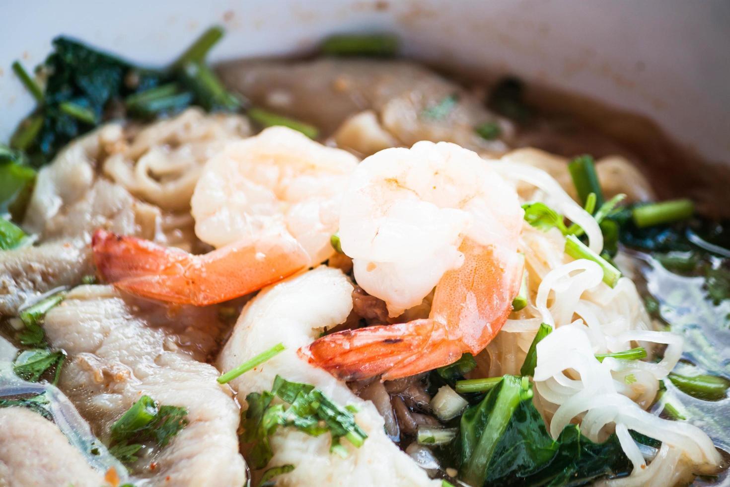 crevettes sur un plat de nouilles épicées thaï photo