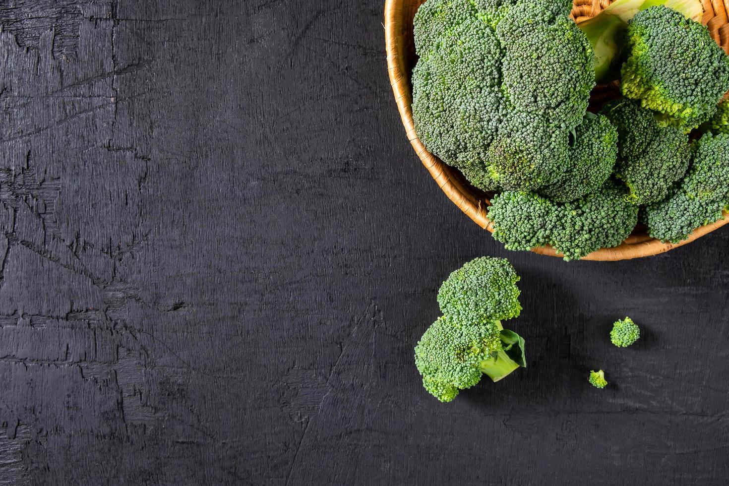Fleurons de brocoli dans un panier photo