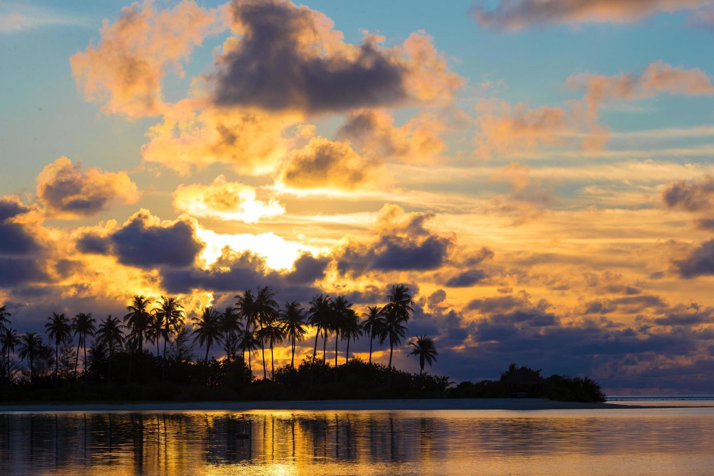 silhouette d'une île au coucher du soleil photo