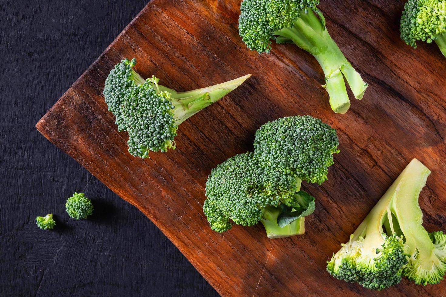 brocoli frais sur une planche à découper en bois photo