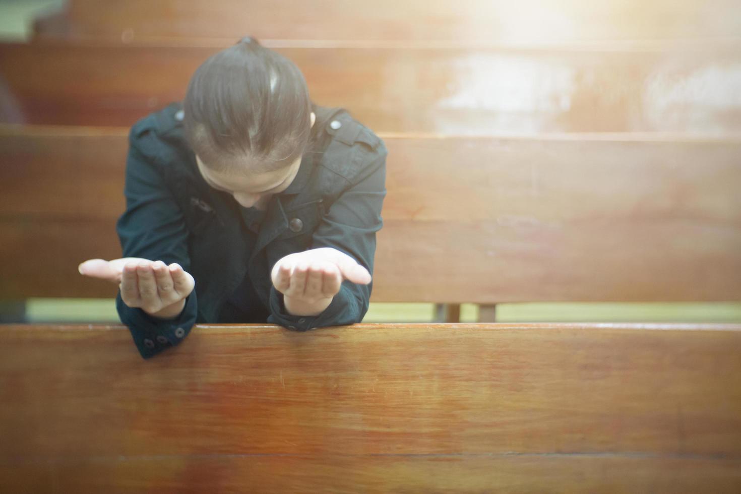 belle femme asiatique priant le matin à l'église photo