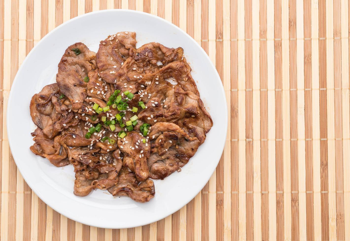 porc grillé sur assiette photo
