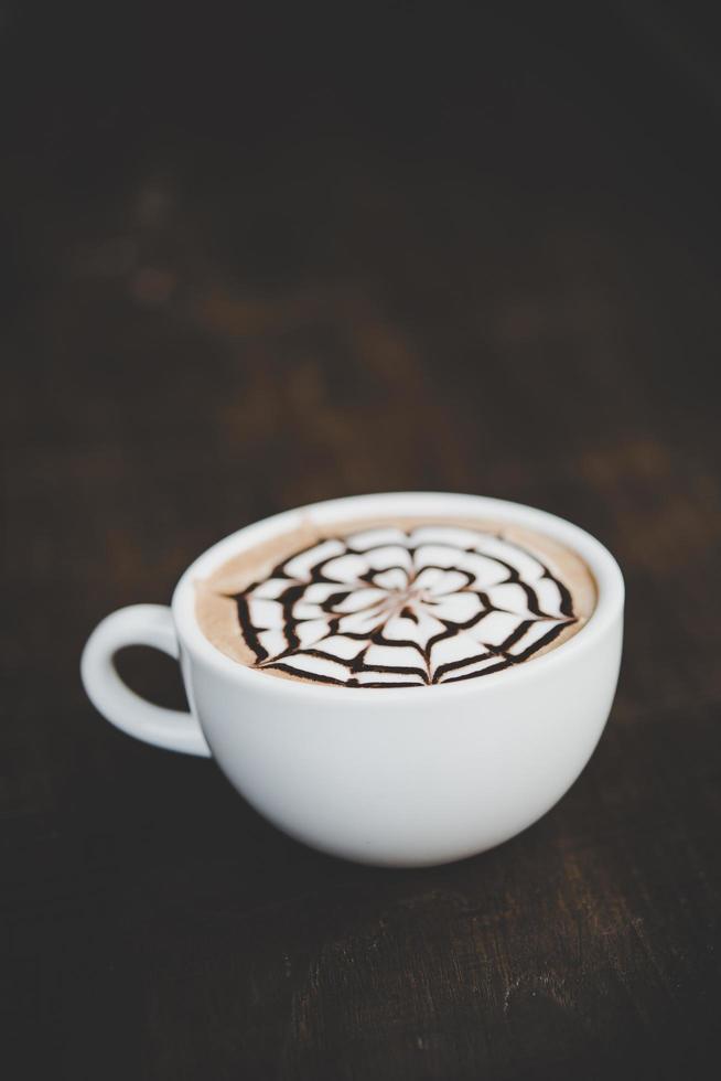 une tasse de café sur une table en bois photo