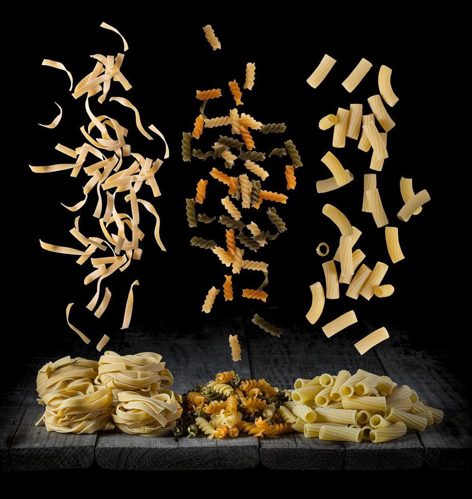 pâtes fraîches tombant photo