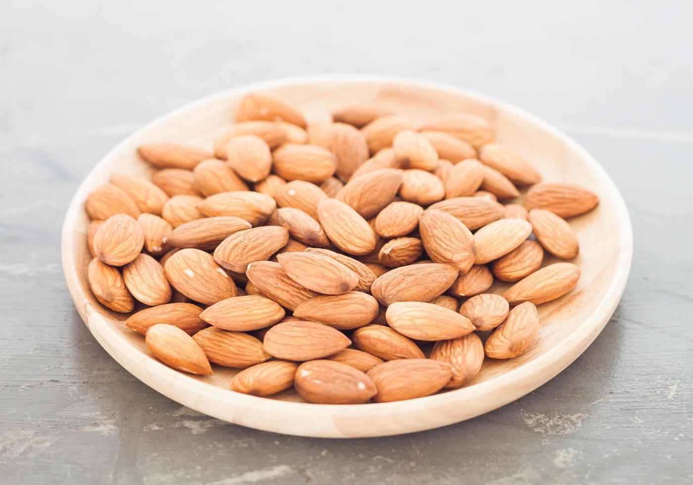 noix d'amande sur une assiette photo