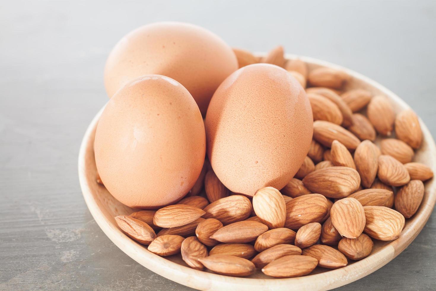 noix d'amande et œufs photo