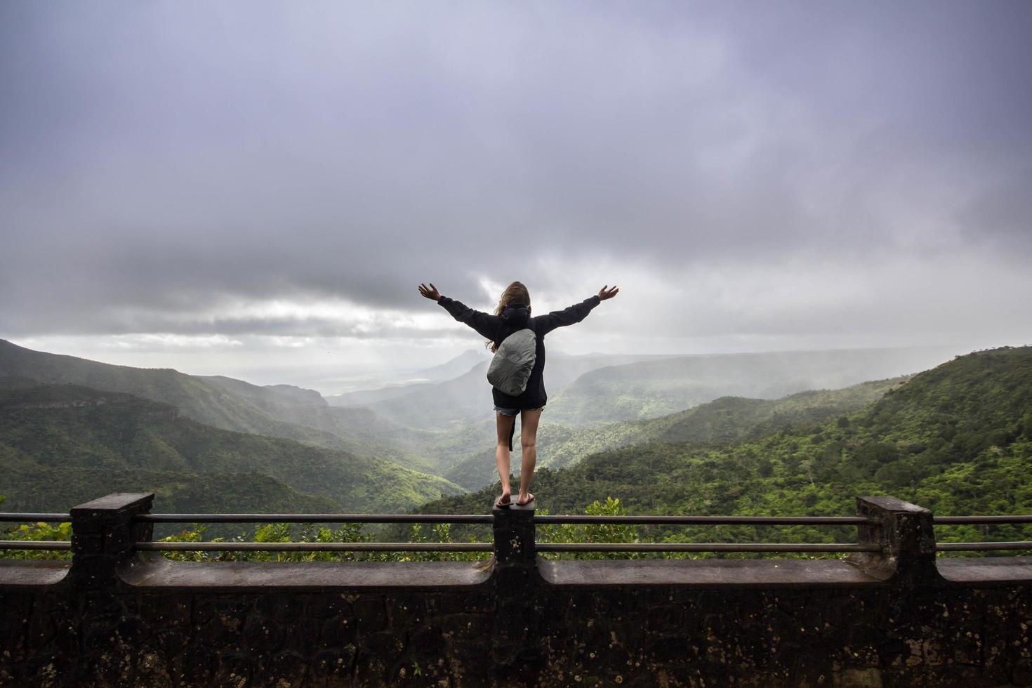 femme debout sur des balustrades en béton photo