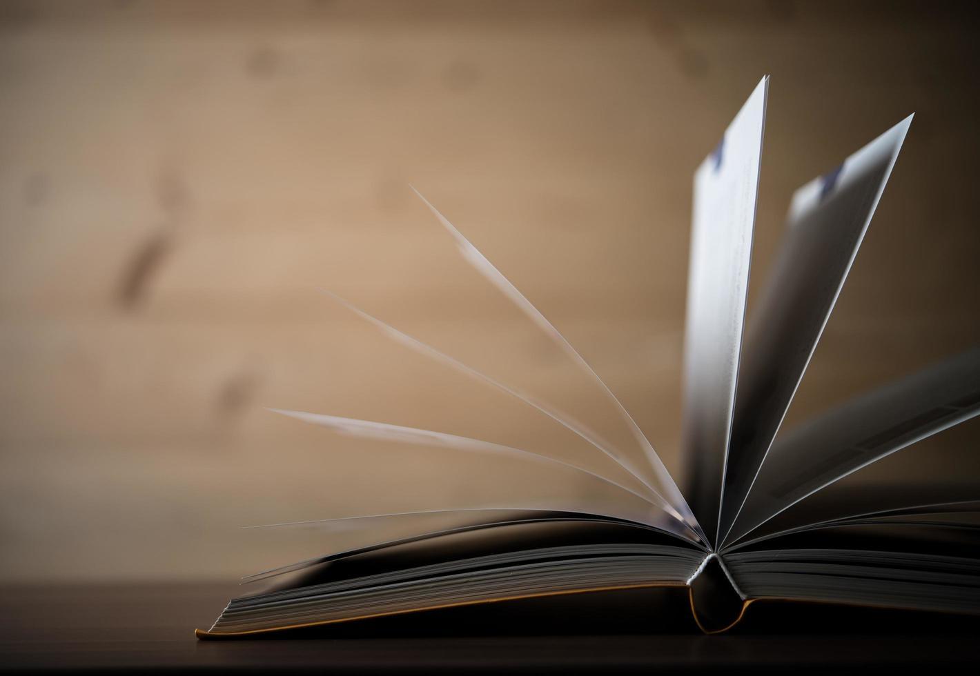 gros plan, de, a, livre ouvert, sur, a, table bois photo