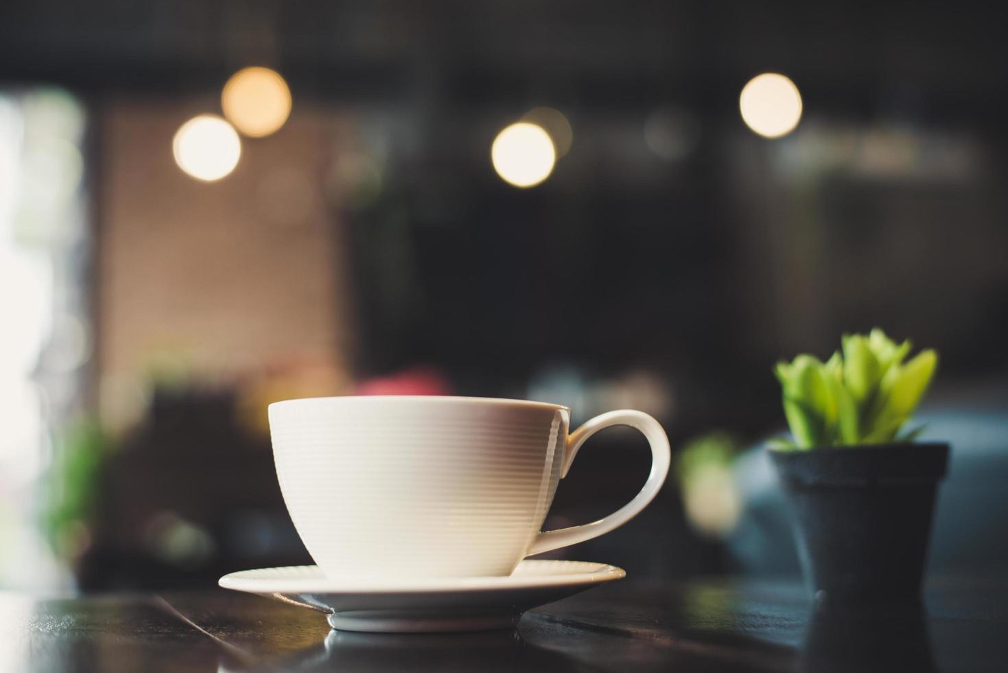 tasse à café avec cactus sur table en bois photo