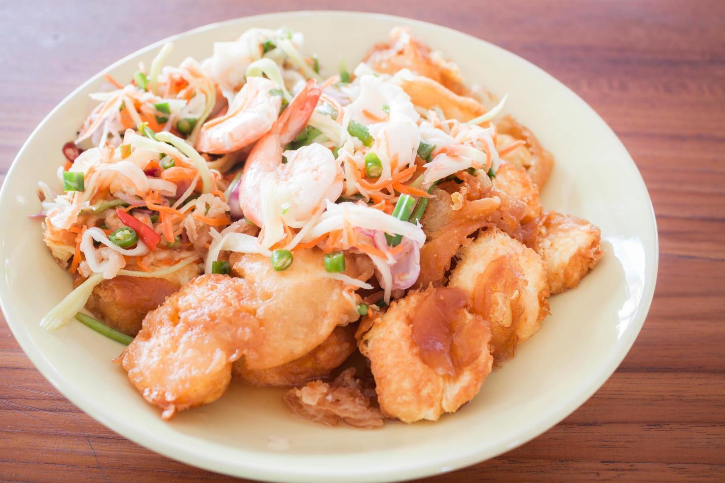 assiette de nouilles et crevettes épicées photo