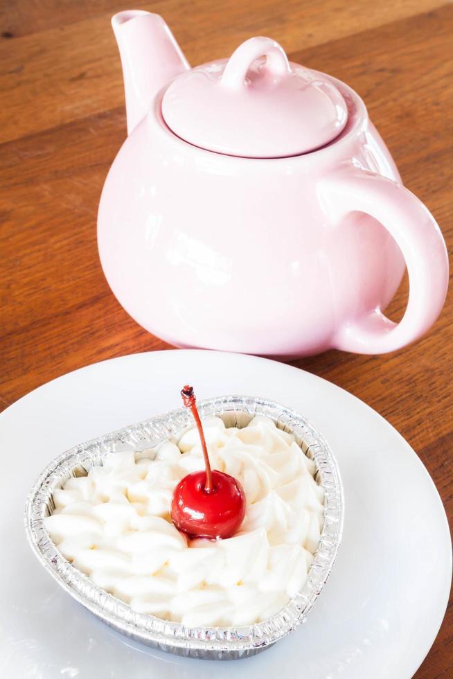 théière avec un cheesecake de velours rouge photo