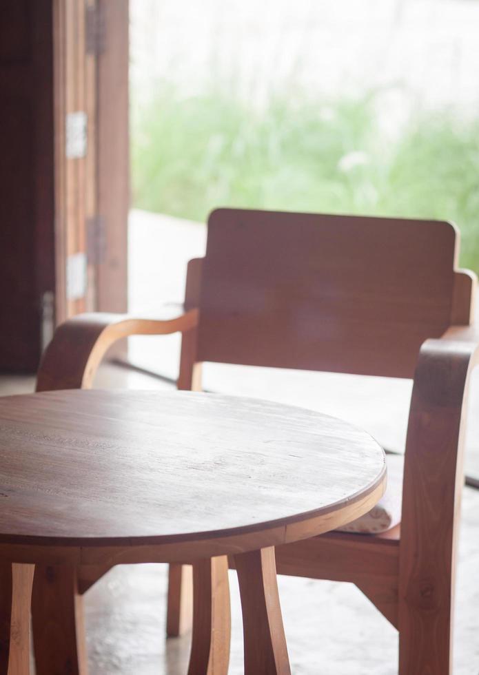 table et chaises en bois dans un café photo