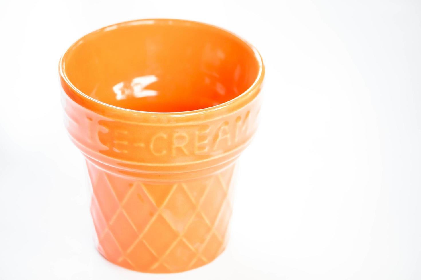 Tasse en céramique orange sur fond blanc photo