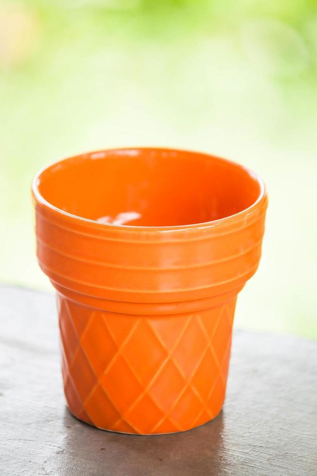cache-pot en céramique orange avec bokeh vert photo