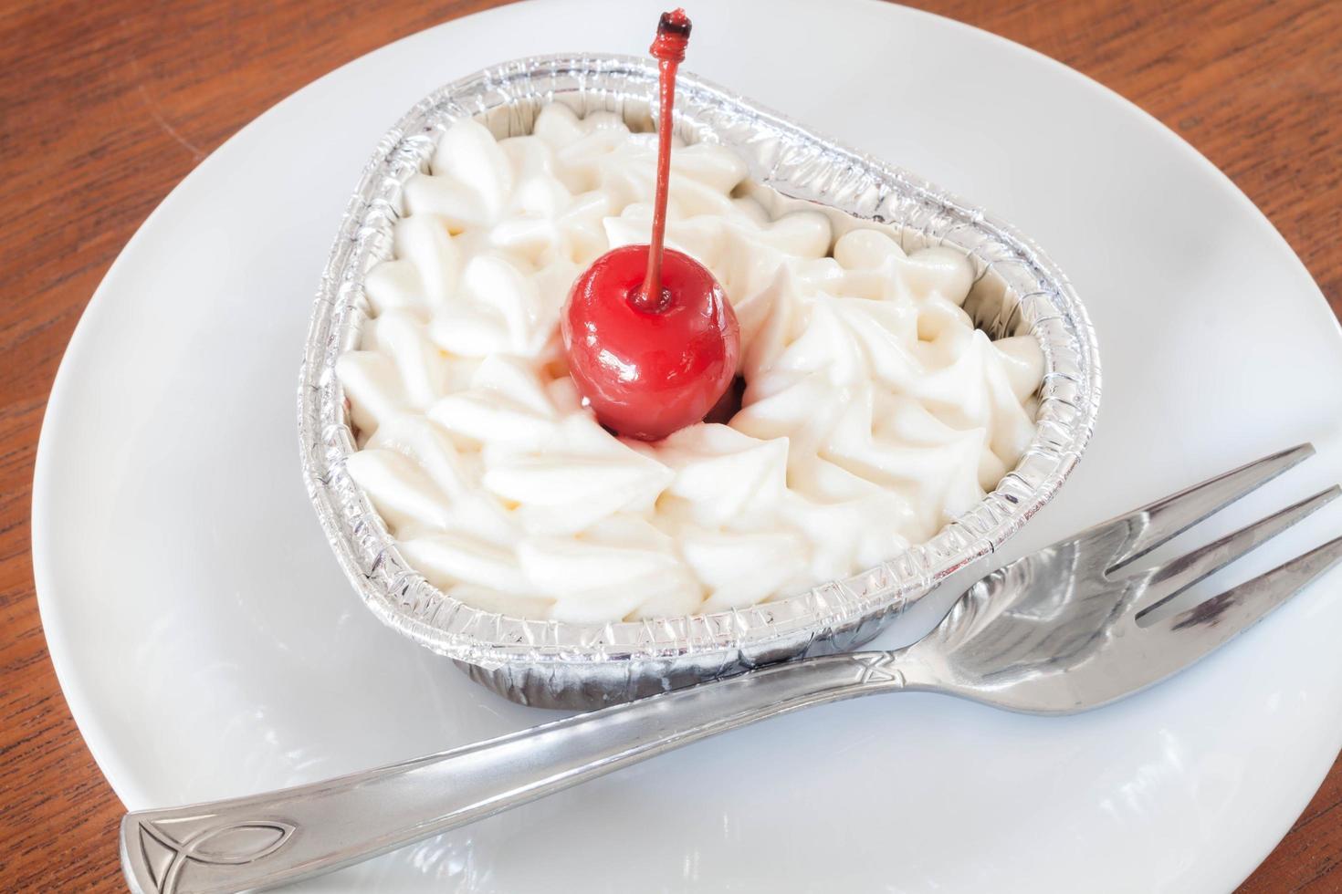 cheesecake avec garniture aux cerises photo