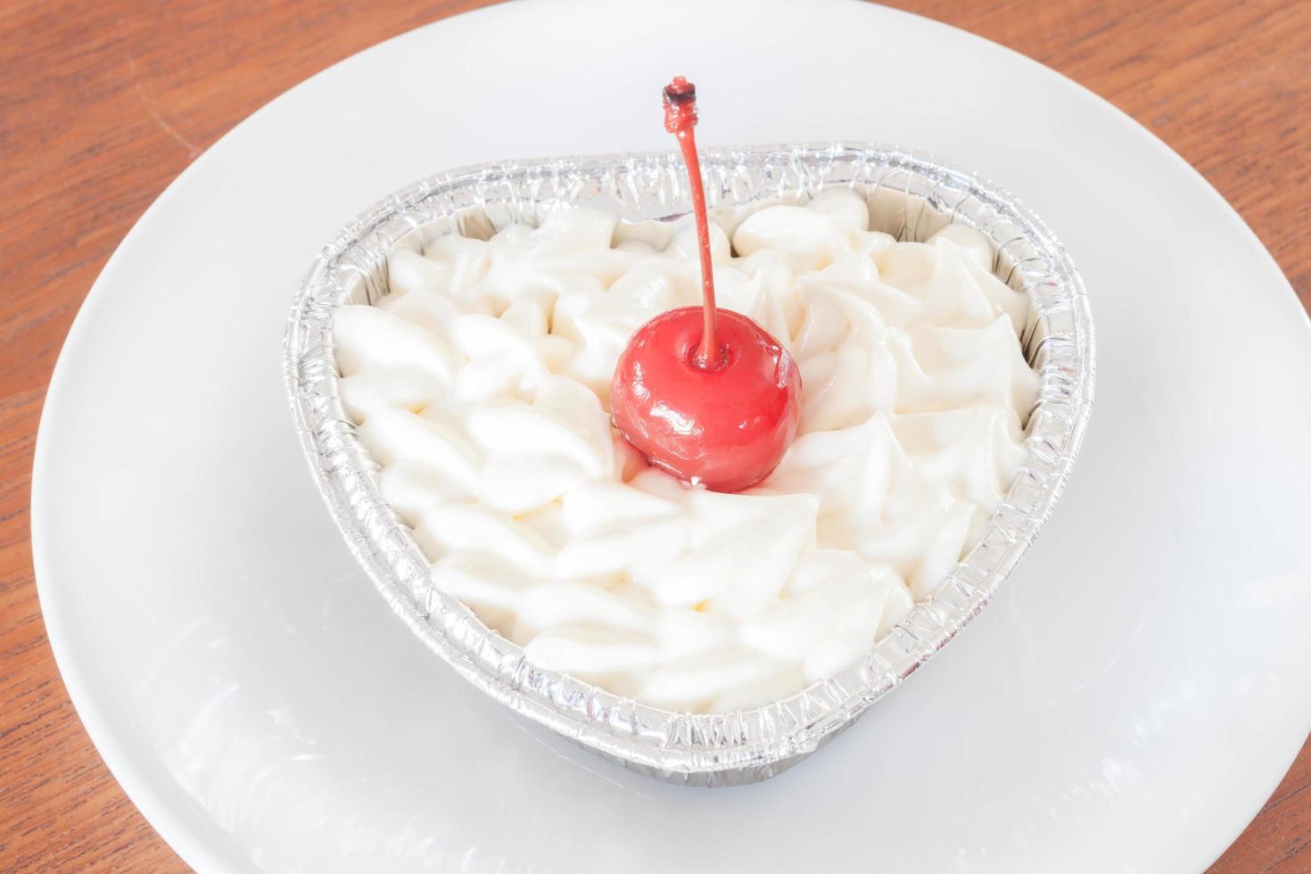 cerise sur crème fouettée photo