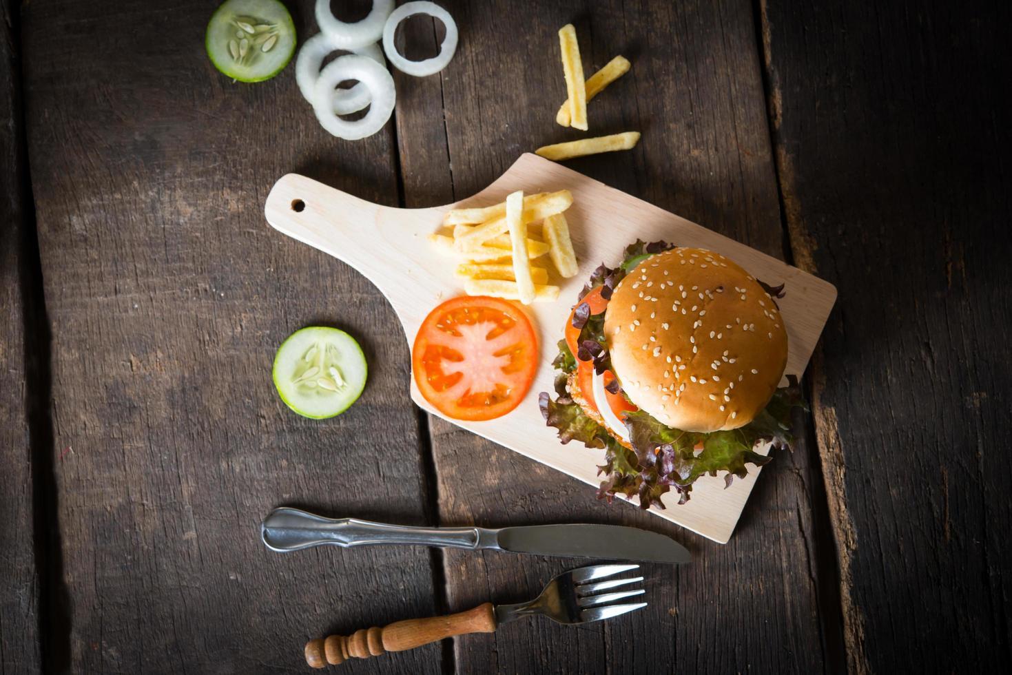 Vue de dessus du hamburger maison rustique et frites photo