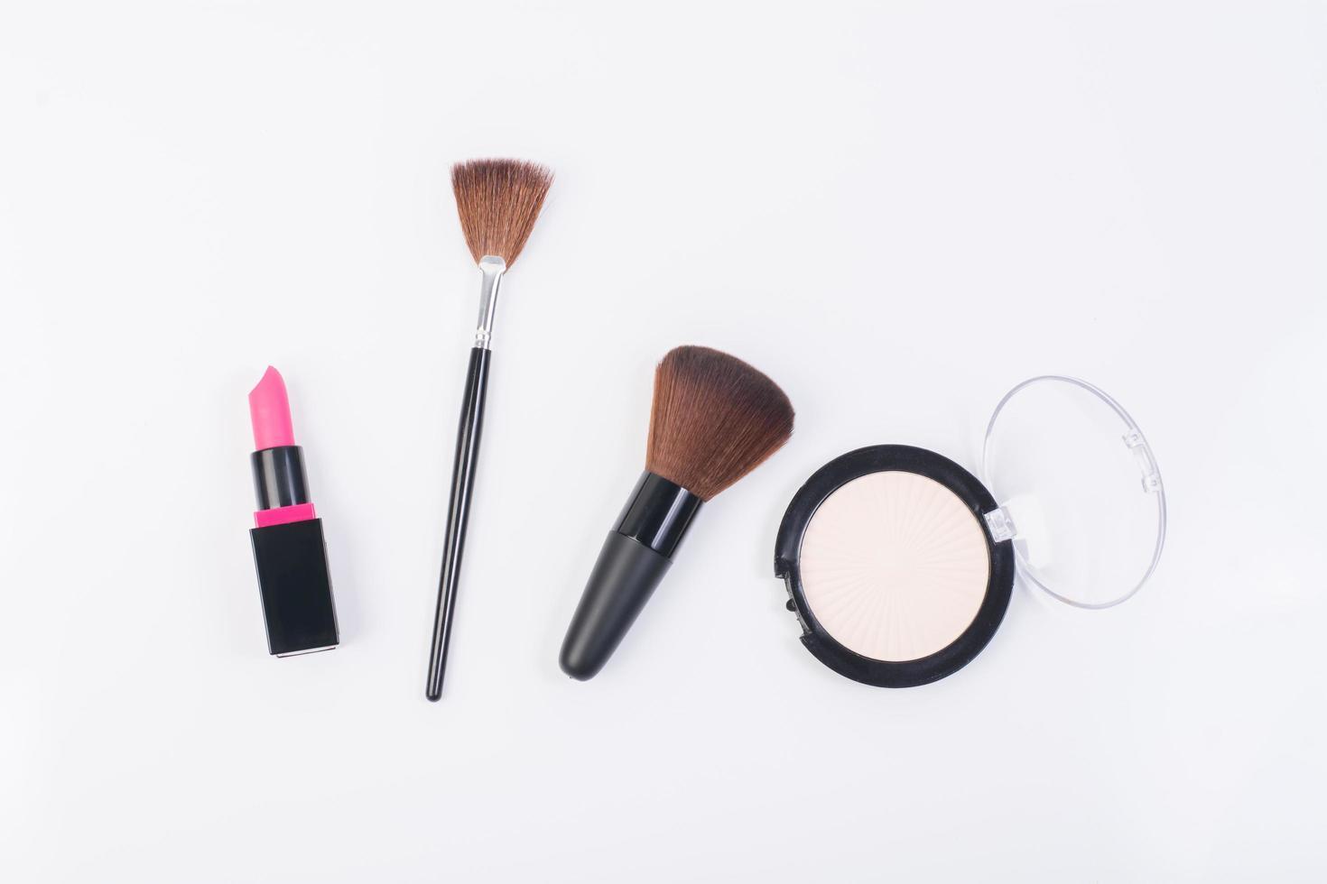 pinceaux de maquillage et poudre isolé sur fond blanc photo