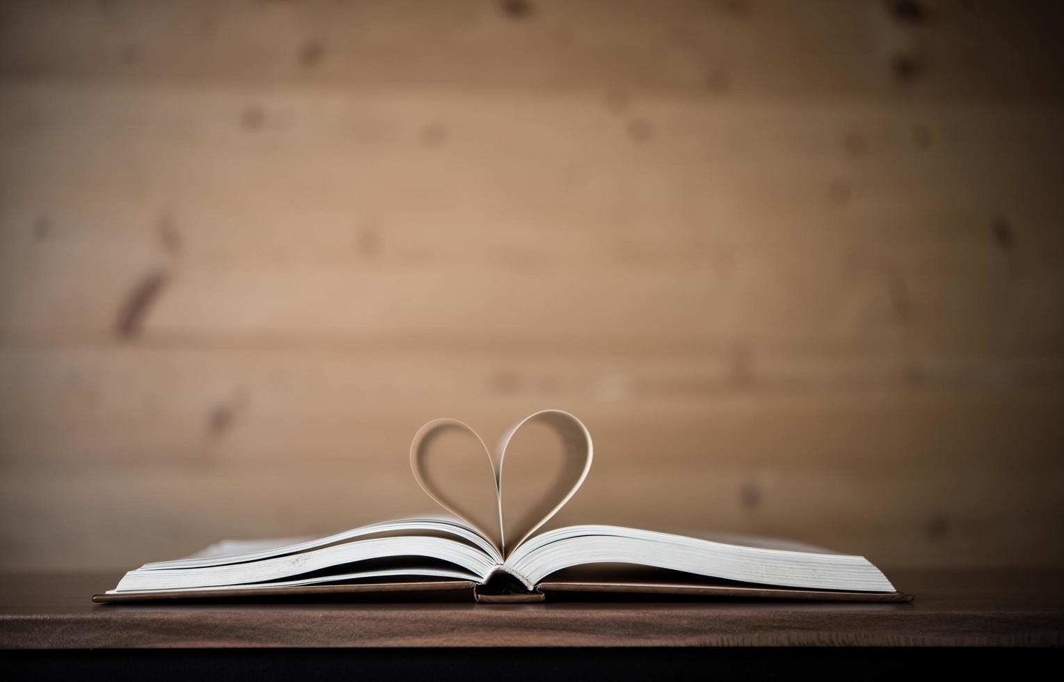 pages d'un livre en forme de coeur photo
