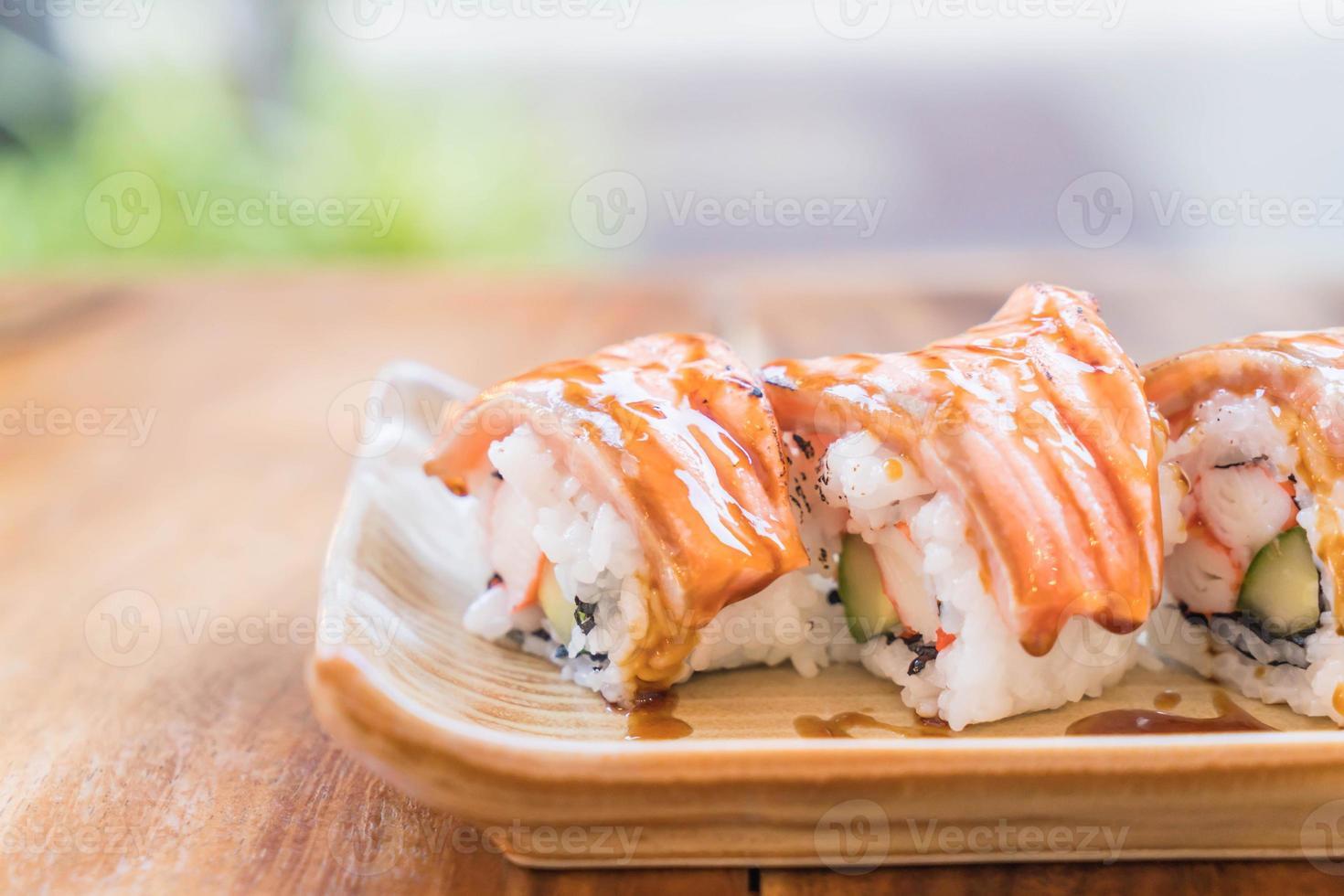 maki saumon avec sauce teriyaki photo