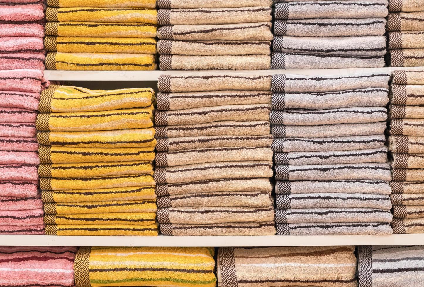 pile de serviettes sur une étagère photo