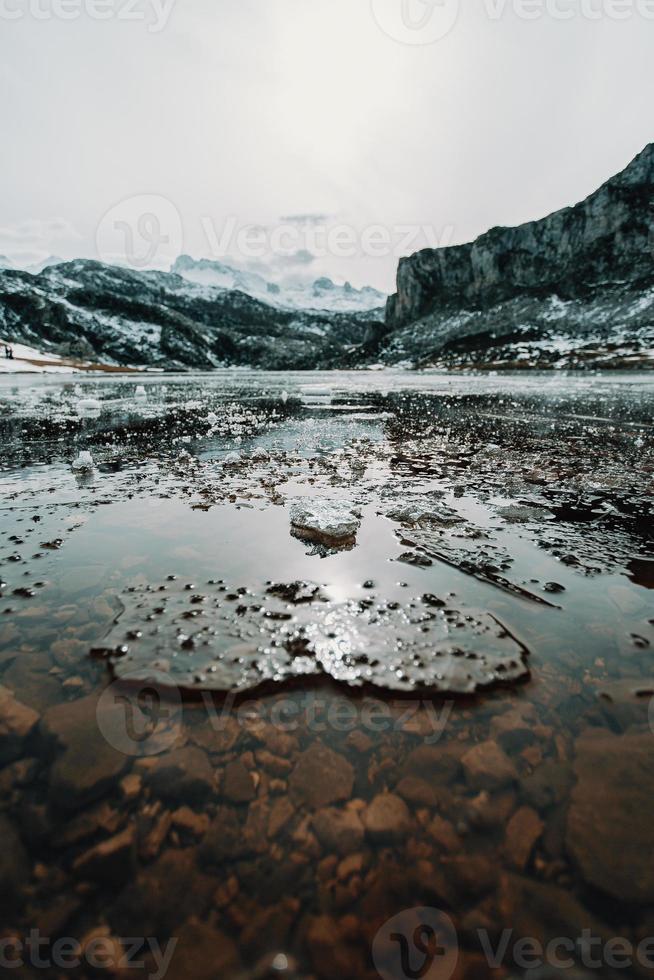 eau gelée et morceaux de glace dans un lac gelé photo
