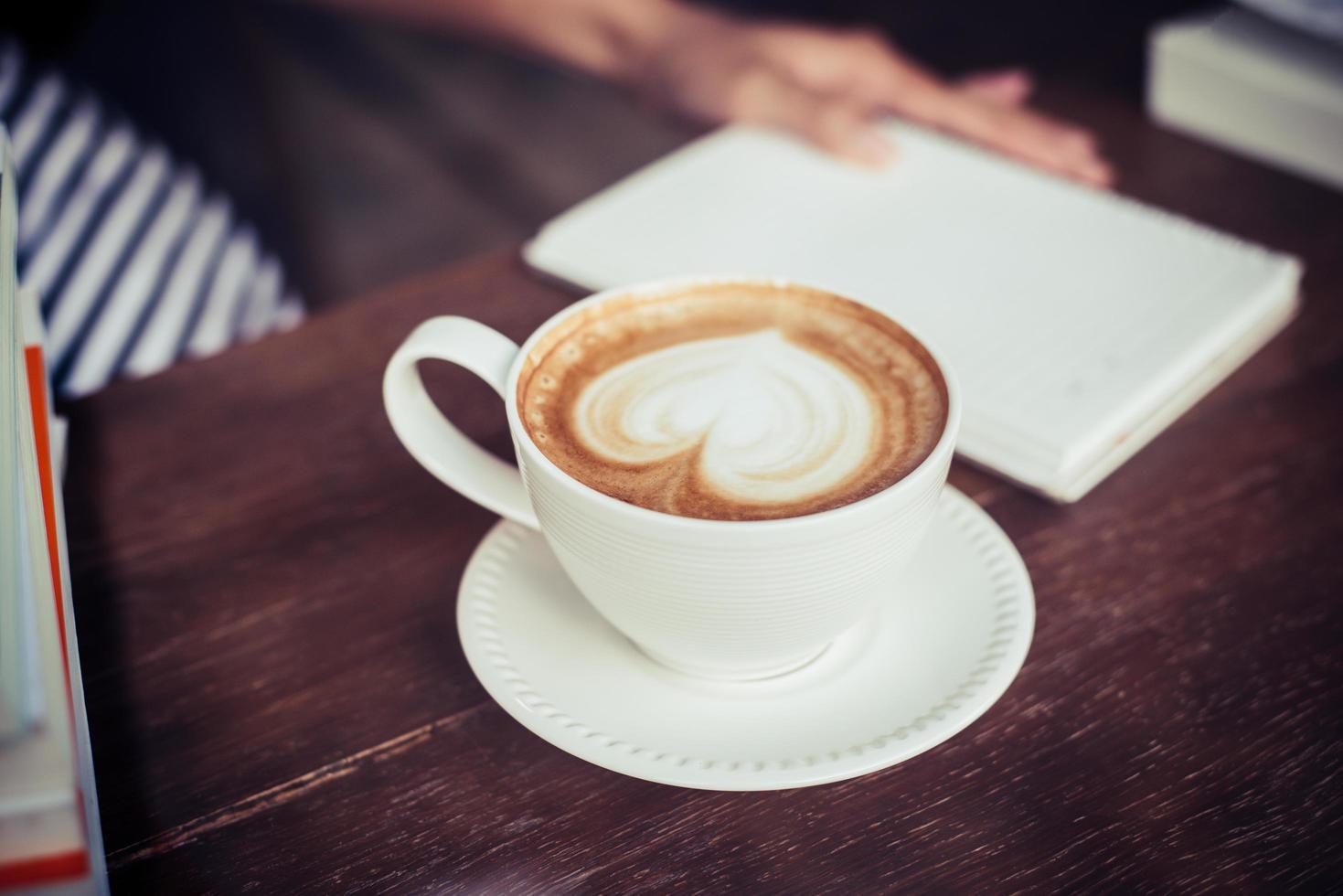 mains de femme se détendre avec du café au café photo