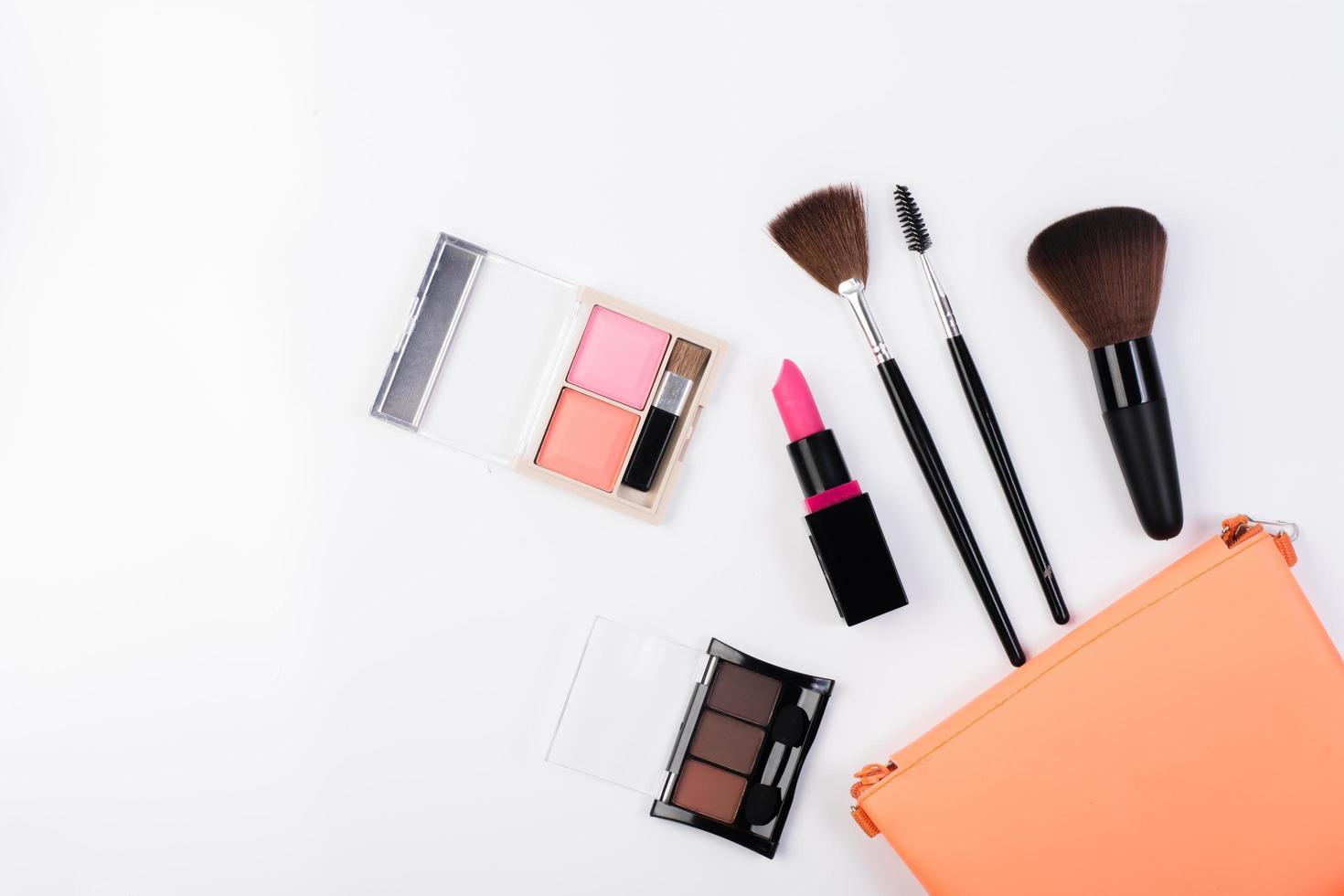 vue de dessus d'une trousse de maquillage avec des produits de beauté photo
