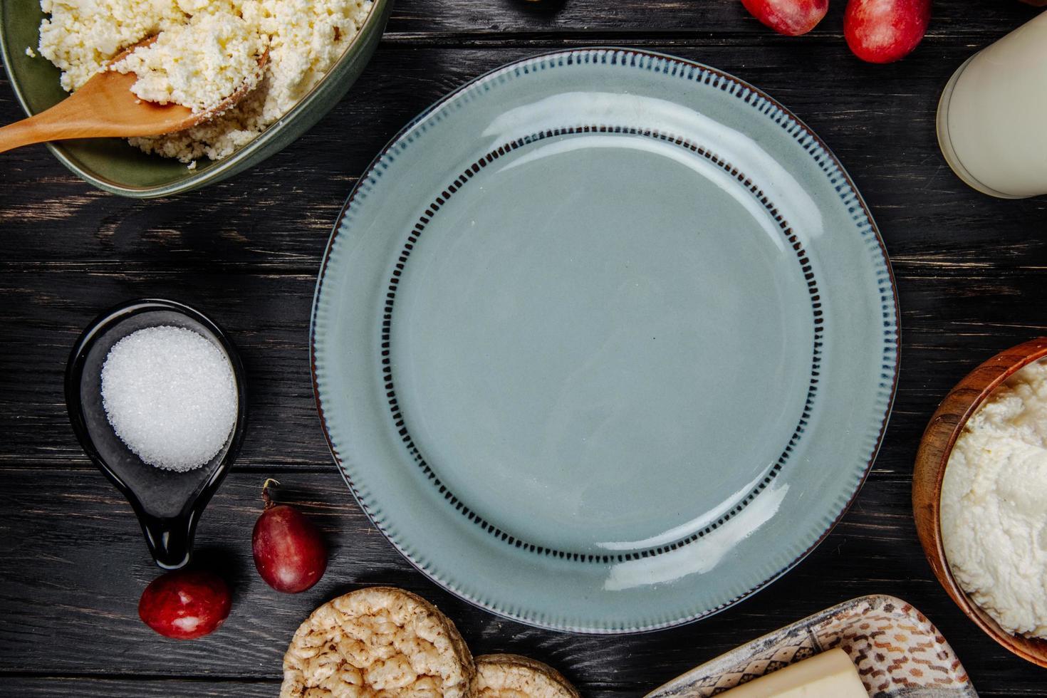 vue de dessus d'une assiette avec apéritifs photo