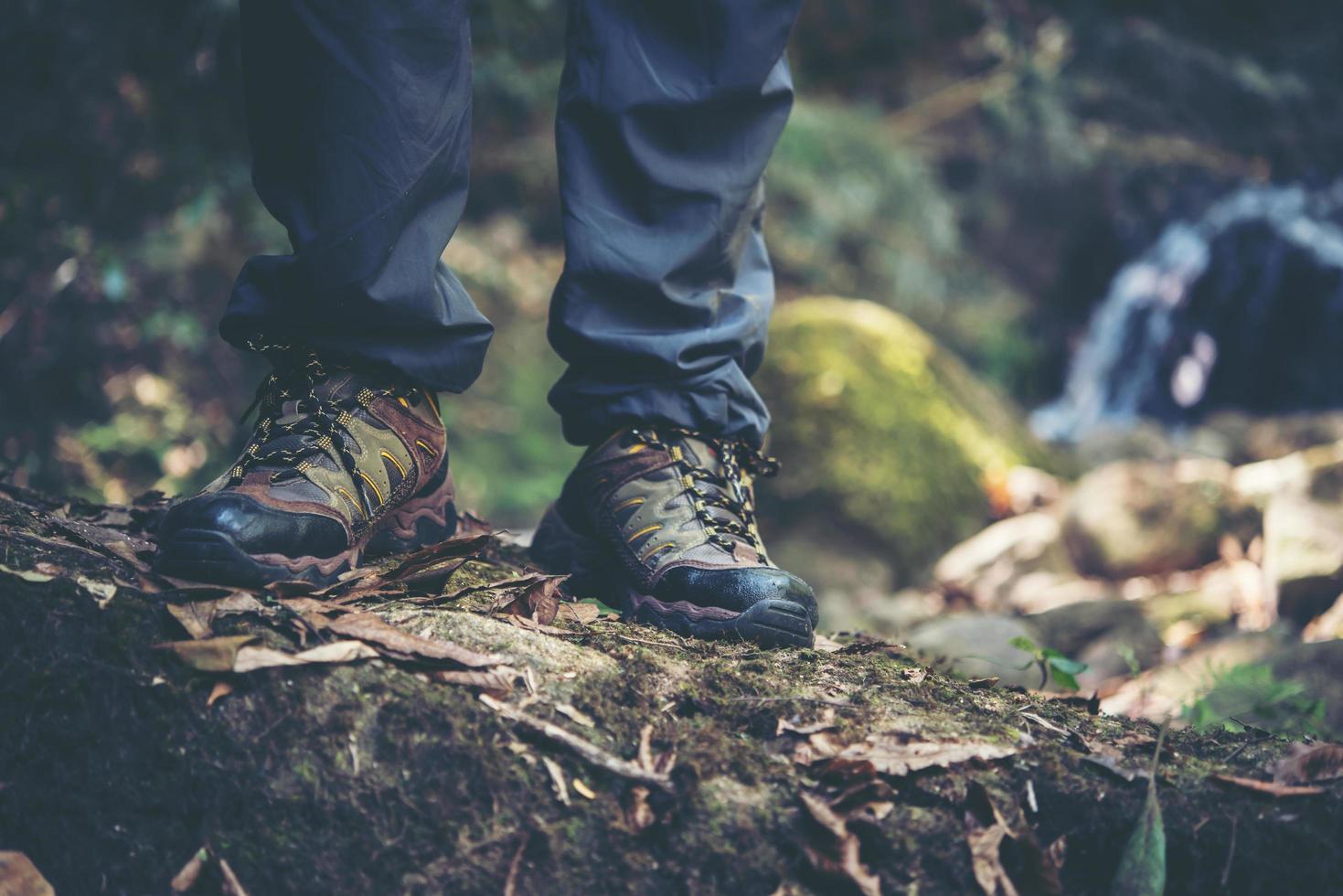 gros plan, de, a, pied homme, randonnée, sur, a, chemin montagne photo