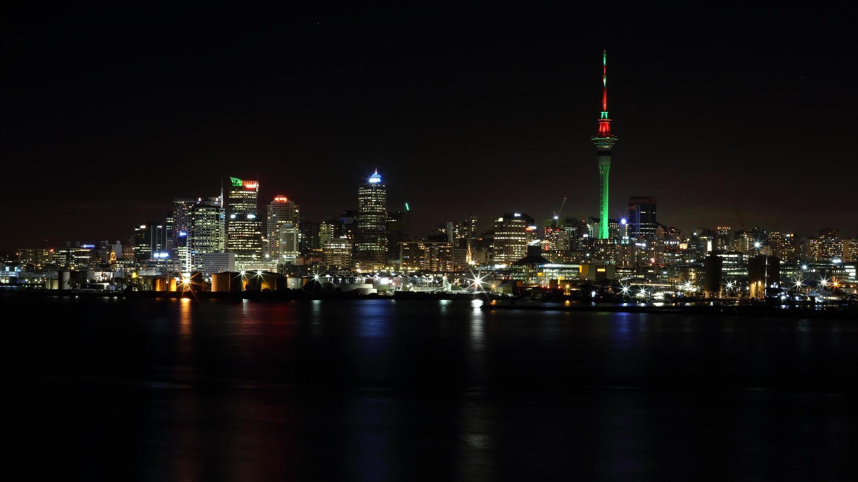 immeubles de grande hauteur pendant la nuit photo