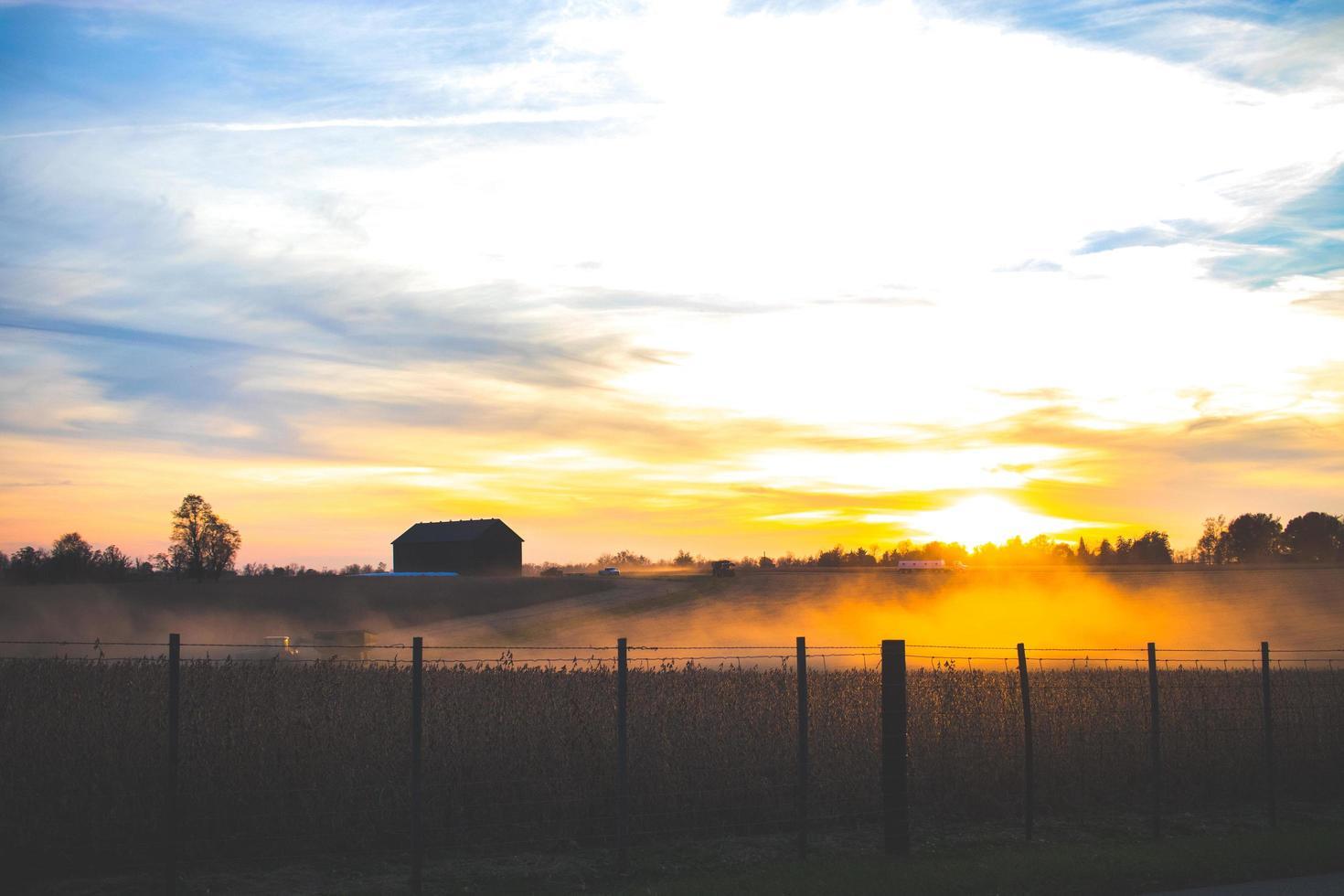 silhouette de grange au coucher du soleil photo