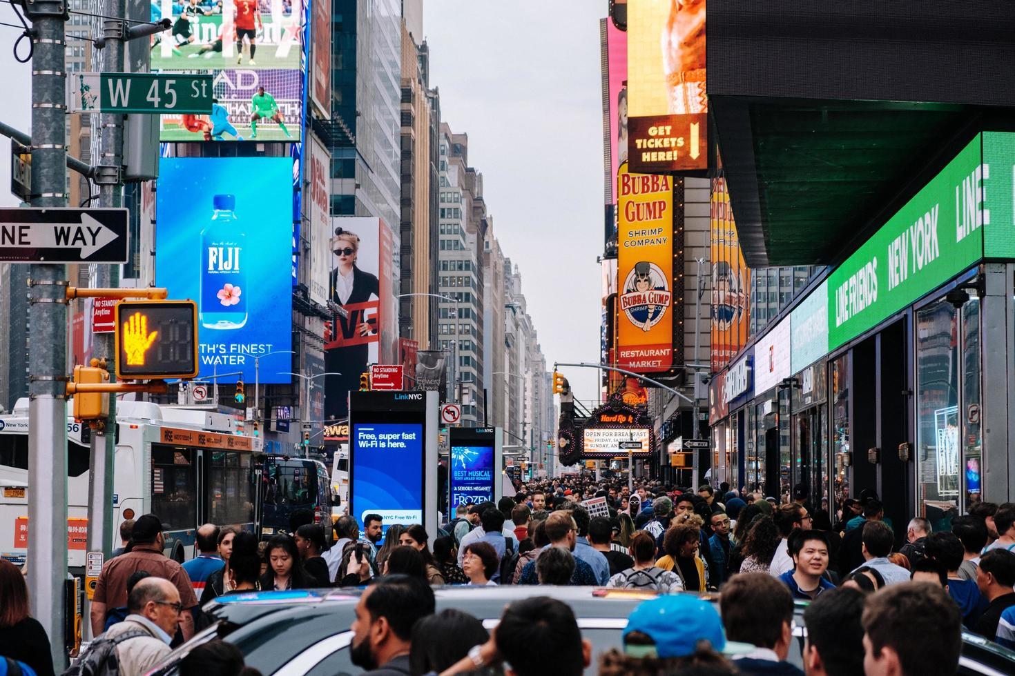 groupe de personnes marchant dans les rues photo