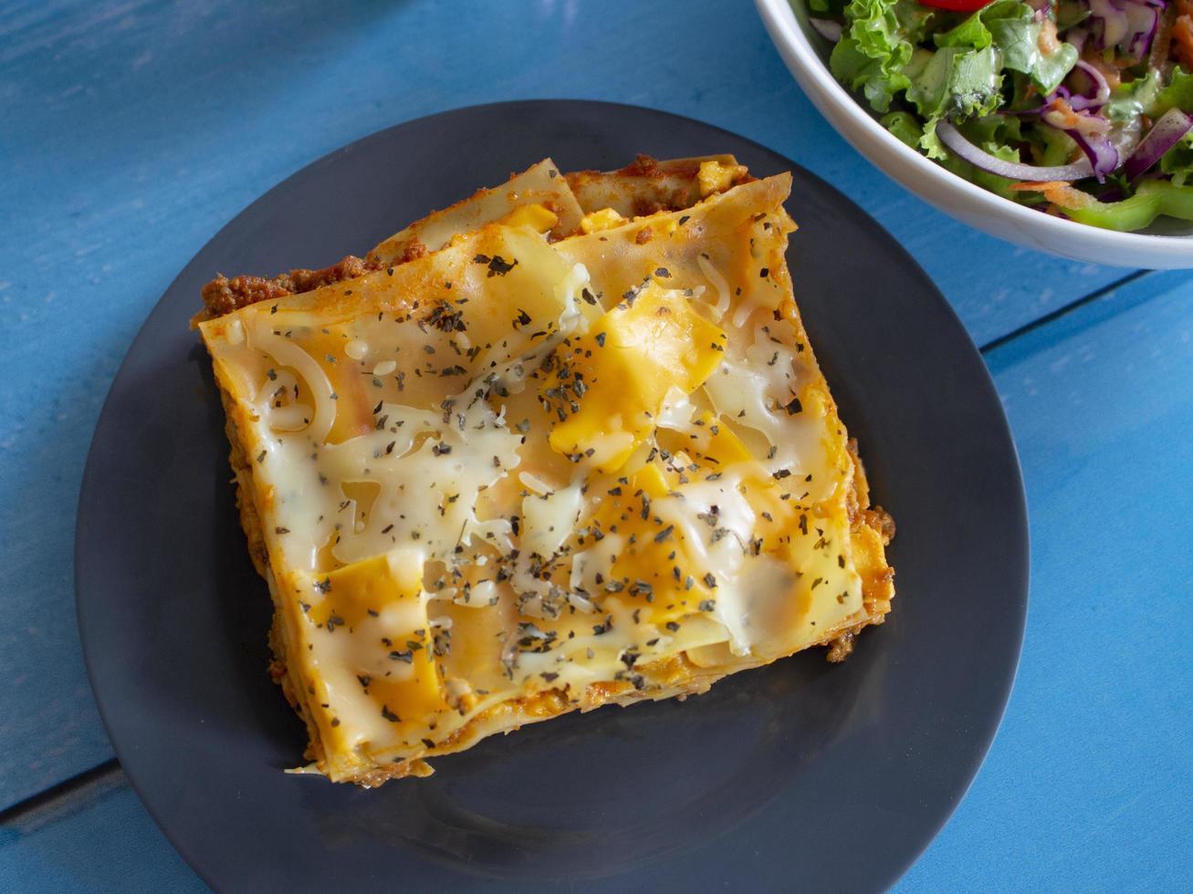 lasagnes maison avec une salade d'accompagnement photo