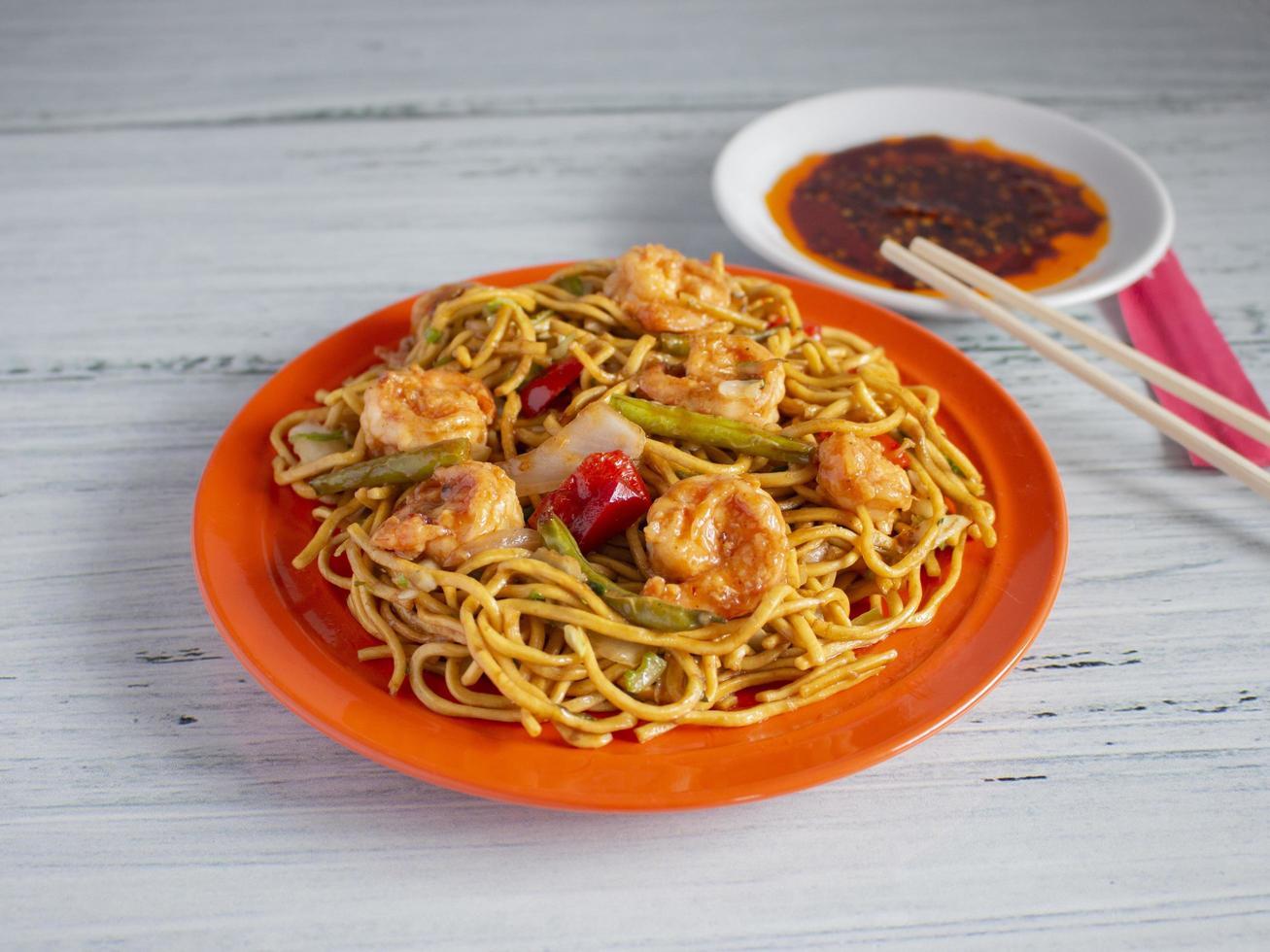 chow mein aux crevettes photo