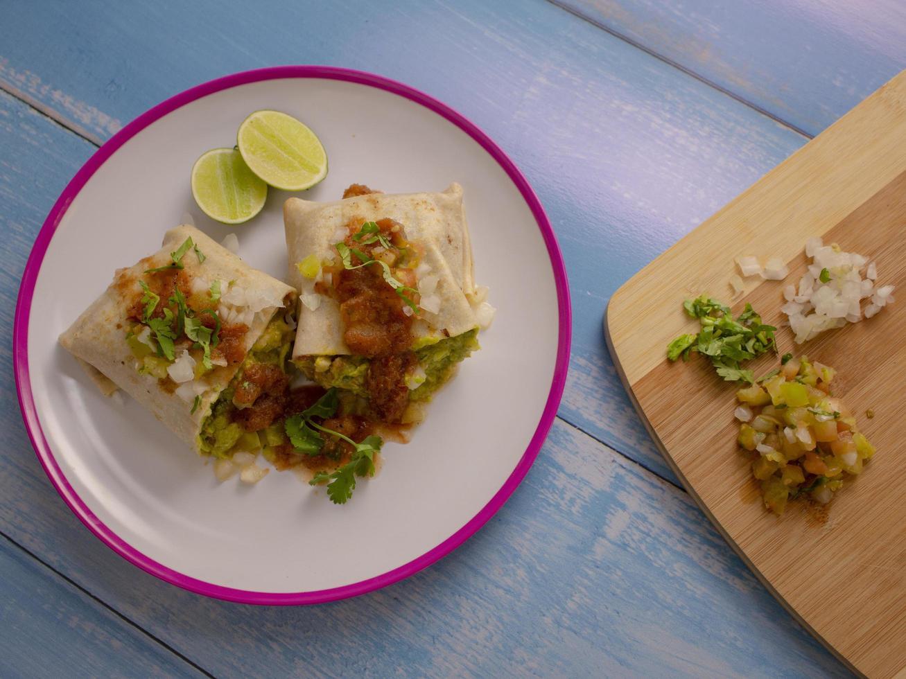 burrito mexicain avec salsa photo