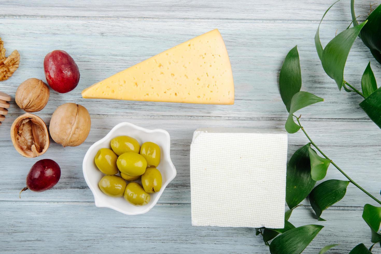 vue de dessus des morceaux de fromage avec apéritifs photo