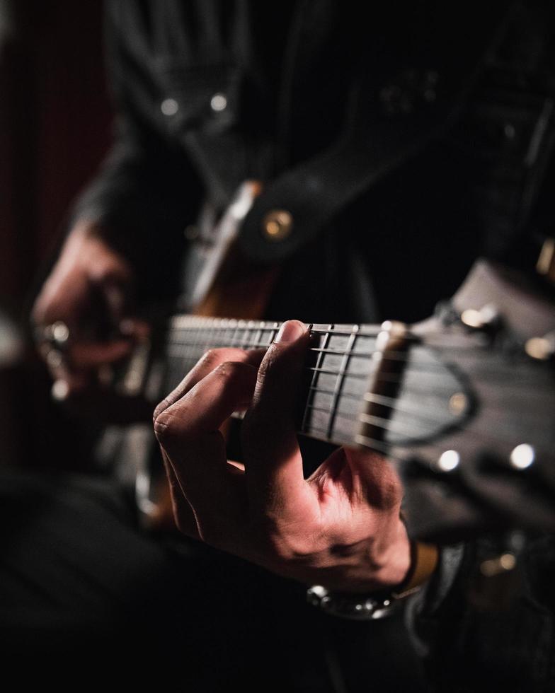 homme jouant de la guitare en gros plan photographie photo