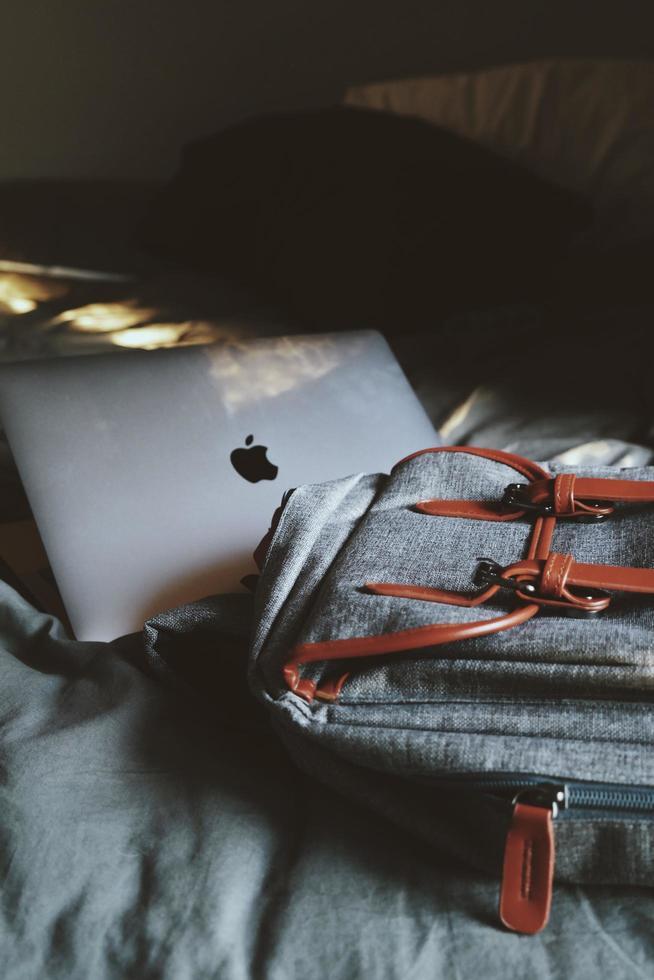 macbook sur le lit photo