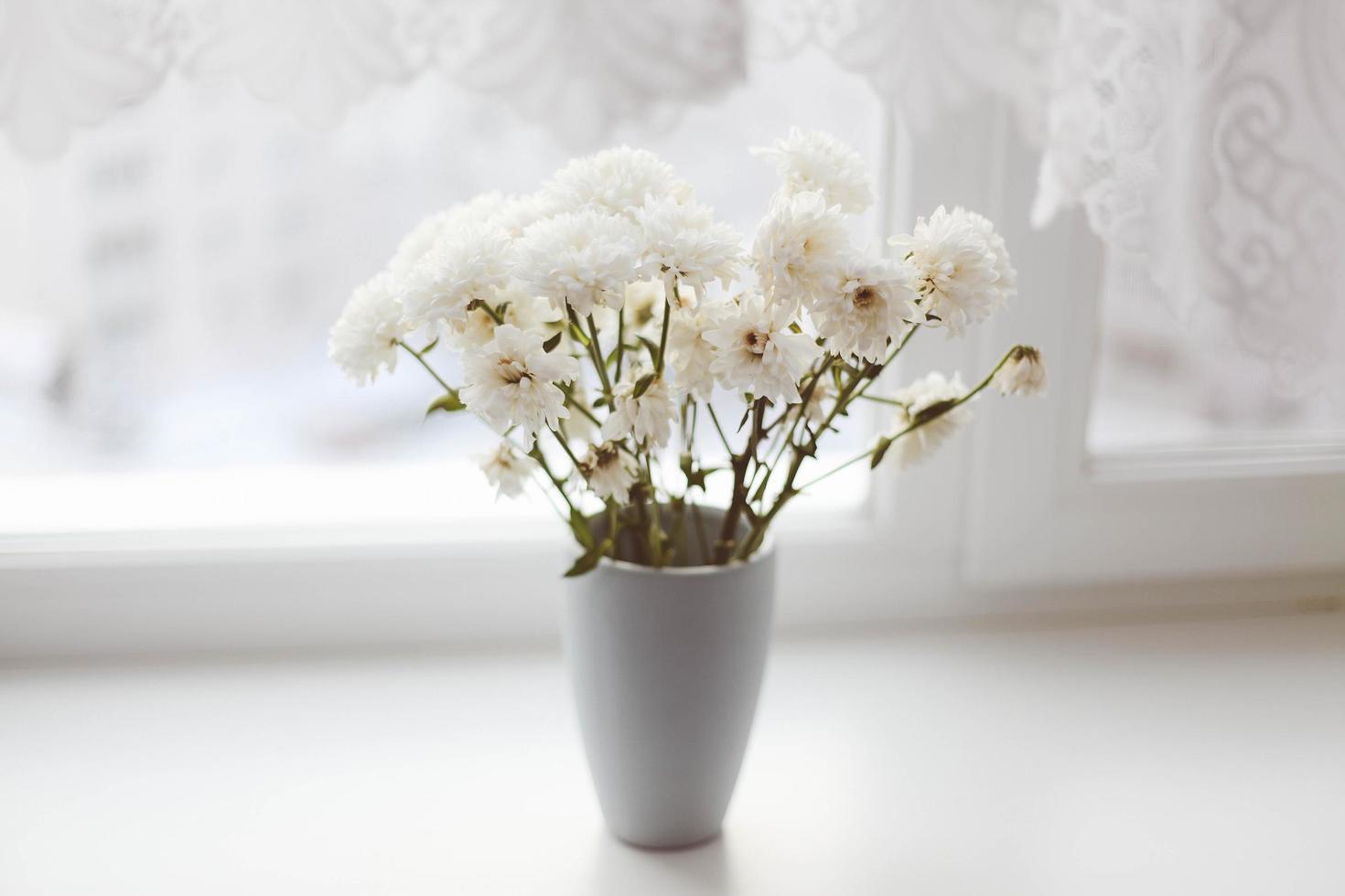bouquet de fleurs blanches dans un vase photo
