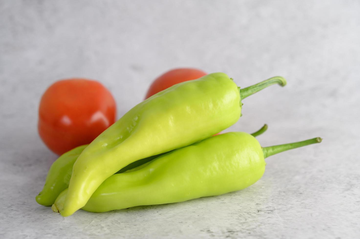 poivrons verts et tomates fraîches photo