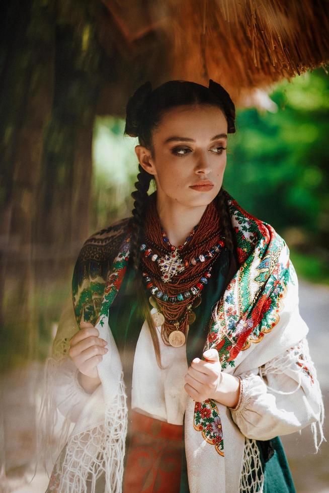 modèle dans une robe ukrainienne pose dans le parc photo