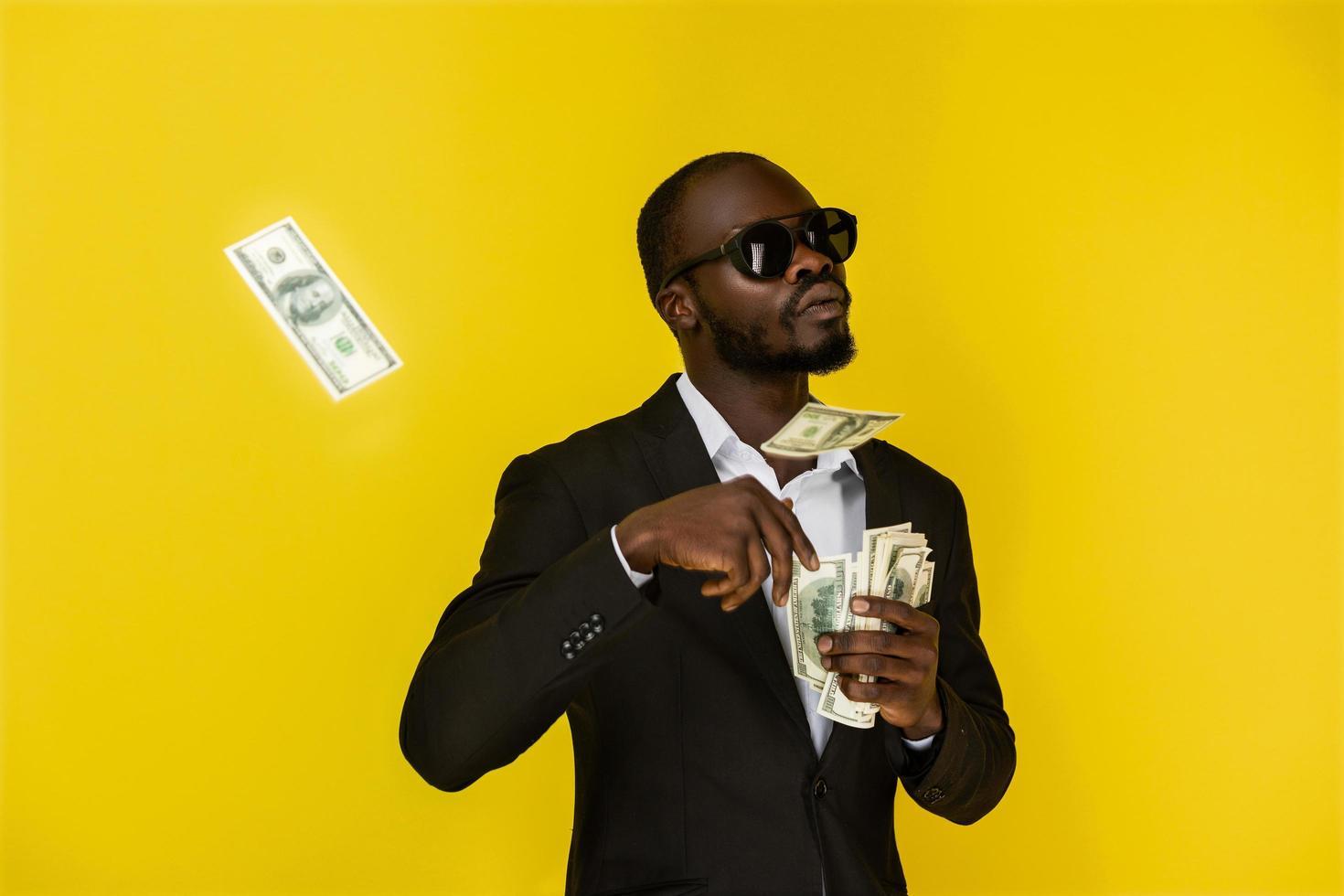 l'homme jette des dollars d'une main photo