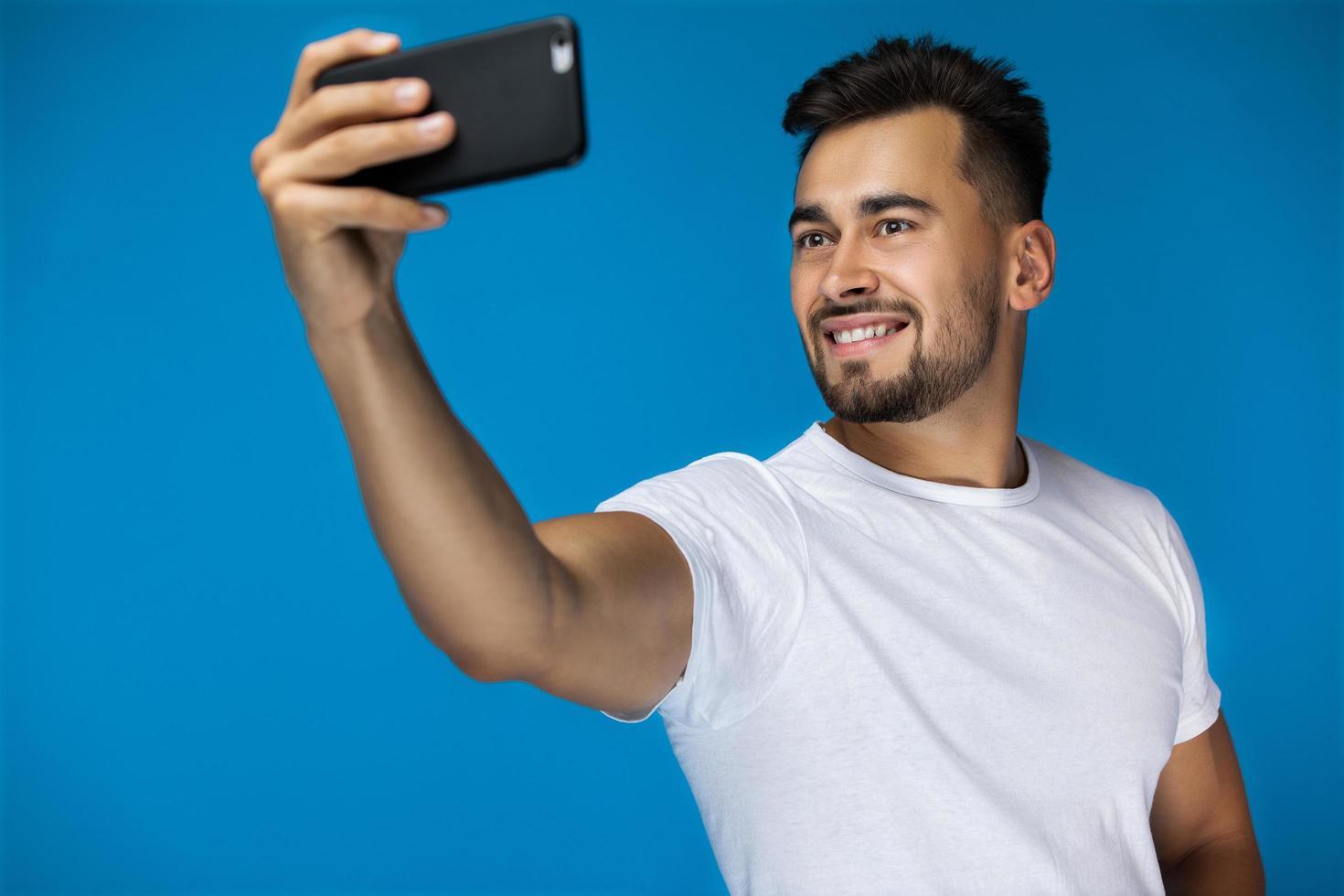 homme prenant un selfie photo