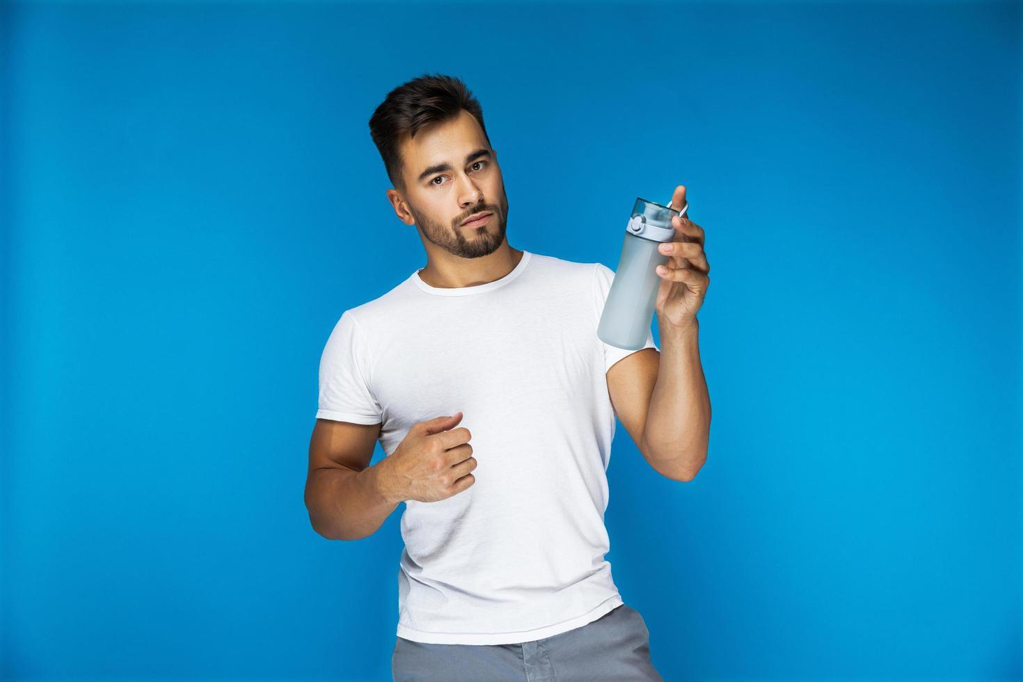 homme tenant une bouteille d'eau photo