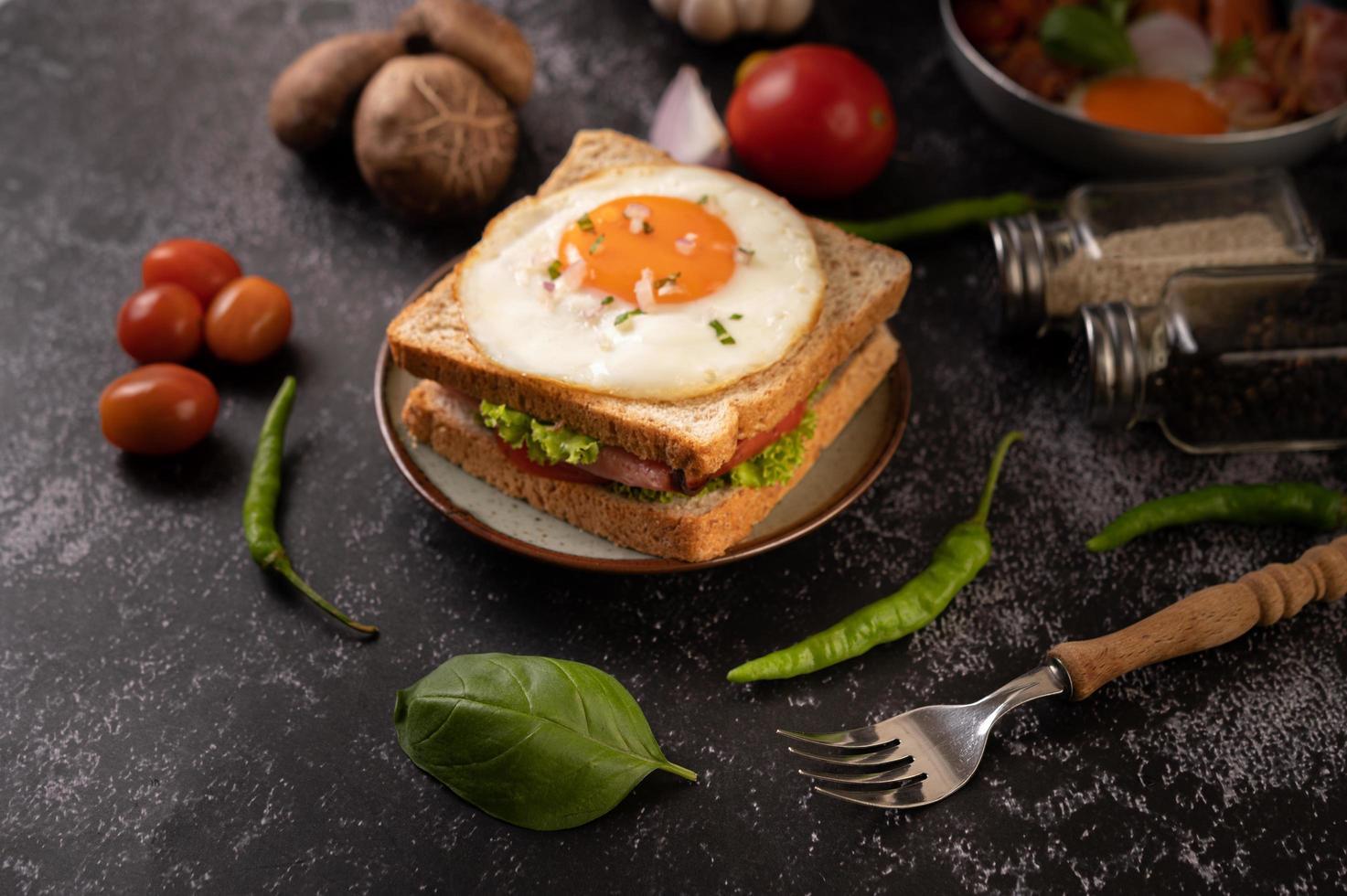 sandwich au jambon et aux œufs photo