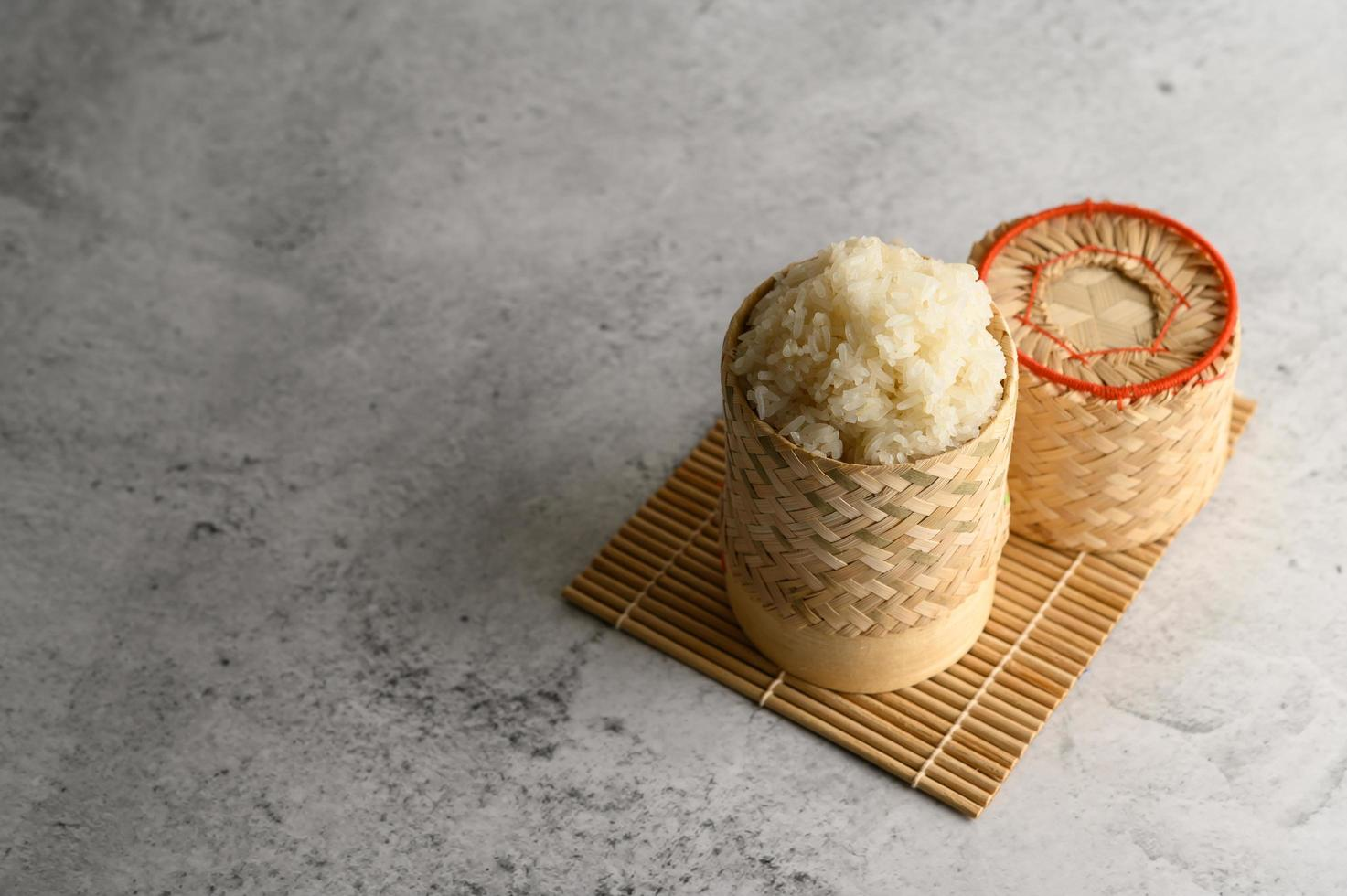 riz gluant thaï dans un panier en bambou tressé photo