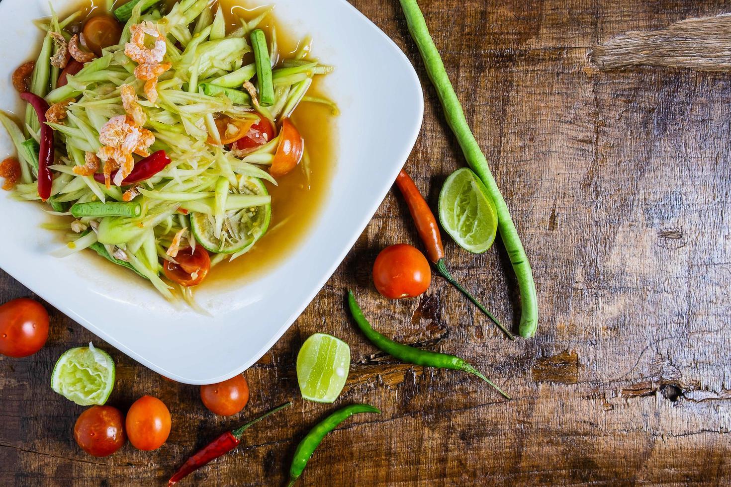 assiette de salade de papaye aux légumes photo